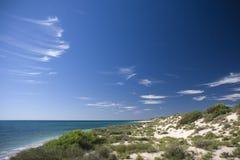 Scène côtière avec le ciel bleu Images libres de droits