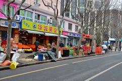 Scène Changhaï, Chine de boutique et de rue de fruit Image libre de droits