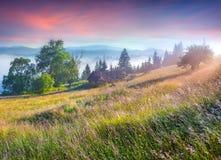 Scène colorée de matin dans les montagnes Photo stock