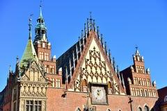 Scène colorée de matin sur la place du marché de Wroclaw avec hôtel de ville photographie stock