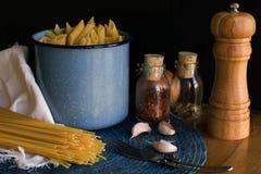 Scène courte et longue de pâtes, ail et fond de poivre photographie stock libre de droits