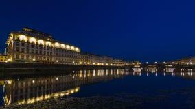 Scène crépusculaire de ciel de jour de Ponte Alla Carraia Bridge au timelapse de nuit au-dessus du fleuve Arno banque de vidéos