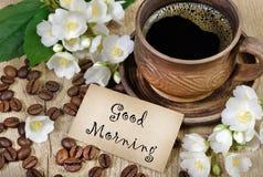 Scène démodée de matin : machine à écrire antique, cuvette de café frais, contrat d'affaires et crayon lecteur fleurs de café et  Image stock