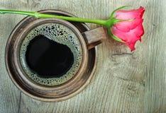 Scène démodée de matin : machine à écrire antique, cuvette de café frais, contrat d'affaires et crayon lecteur une tasse de café  Images stock