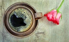 Scène démodée de matin : machine à écrire antique, cuvette de café frais, contrat d'affaires et crayon lecteur une tasse de café  Photographie stock libre de droits