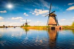 Scène d'été dans le canal célèbre de Kinderdijk avec des moulins à vent images libres de droits