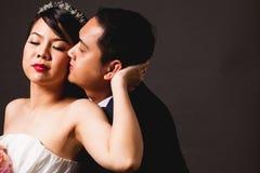 Scène d'amour asiatique de marié de jeune mariée Image stock