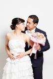 Scène d'amour asiatique de marié de jeune mariée Photographie stock libre de droits