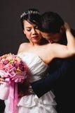 Scène d'amour asiatique de marié de jeune mariée Photographie stock