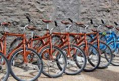 Scène d'amusement avec plusieurs bicyclettes bleues et brunes pour le loyer, St du centre Louis MO, 2019 photo stock