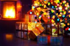 Scène d'Art Christmas avec les cadeaux et la cheminée d'arbre Photos stock
