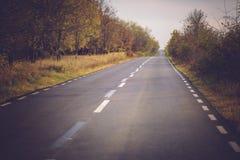Scène d'automne avec la route images stock