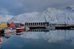 Scène d'hiver dans la petite ville Siglufjordur de l'Islande Photos stock