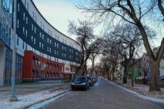 Scène d'hiver de Winnipeg - vue de rue de Langside avec une résidence d'étudiant dans la gauche image libre de droits