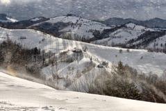 Scène d'hiver en Roumanie, beau paysage des montagnes carpathiennes sauvages Photo stock