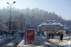 Scène d'hiver en ville de montagne de Brasov en Transylvanie, Roumanie le 26 janvier 2018 Photos stock