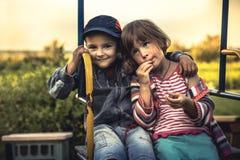 Scène d'Idylic avec le garçon et la fille embrassant symboliser ensemble l'amour, l'unité et l'amitié forte Photographie stock libre de droits