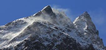 Scène dans la vallée Népal de Langtang Neige de soufflement de vent au-dessus de bâti Photographie stock