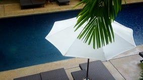Scène de baisse de pluie dans la piscine clips vidéos