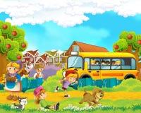 Scène de bande dessinée avec des enfants à la ferme ayant l'amusement et l'autobus scolaire Image stock