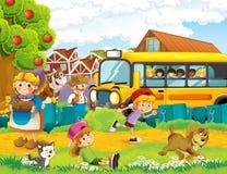 Scène de bande dessinée avec des enfants à la ferme ayant l'amusement et l'autobus scolaire Images libres de droits