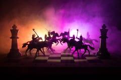 Scène de bataille médiévale avec la cavalerie et l'infanterie sur l'échiquier Concept de jeu de société d'échecs des idées d'affa Images stock