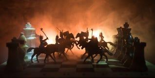 Scène de bataille médiévale avec la cavalerie et l'infanterie sur l'échiquier Concept de jeu de société d'échecs des idées d'affa Photos stock