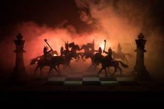 Scène de bataille médiévale avec la cavalerie et l'infanterie sur l'échiquier Concept de jeu de société d'échecs des idées d'affa Images libres de droits