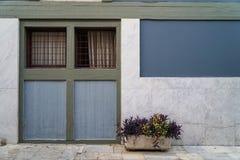 Scène de beau fond de façade de bâtiment dans la pierre de marbre grise en pastel de couleur de peinture, blanche et le pot bleus Photographie stock