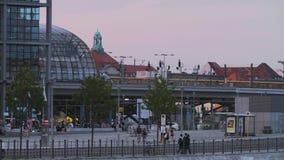 Scène de Berlin Central Railway Station Street avec le trafic banque de vidéos