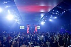 Scène de boîte de nuit avec l'exposition de danseurs et de lumières Images stock