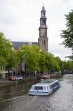 Scène de canal avec le westekerk Amsterdam de bateau de touristes Photos stock