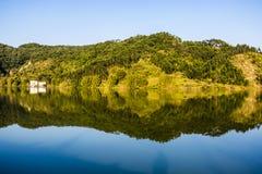 Scène de chute avec Autumn Trees Reflection dans le lac Photos libres de droits