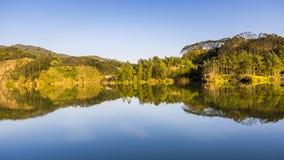 Scène de chute avec Autumn Trees Reflection dans le lac Photo stock