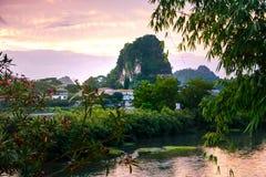 Scène de coucher du soleil à Guilin, Chine, avec la formation de roche renversante Images libres de droits