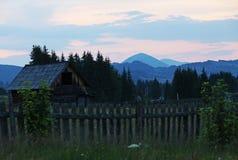 Scène de coucher du soleil au-dessus des montagnes dans Bucovina Photo libre de droits