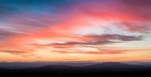 Scène de coucher du soleil avec des montagnes à l'arrière-plan Photographie stock