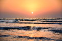 Scène de coucher du soleil de bord de la mer sur la plage Photos stock