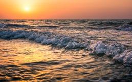 Scène de coucher du soleil de bord de la mer sur la plage Photo libre de droits
