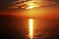 Scène de coucher du soleil de bord de la mer dans des couleurs chaudes horizontales Photo libre de droits