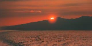Scène de coucher du soleil en mer des Caraïbes du Trinidad-et-Tobago au crépuscule Image stock