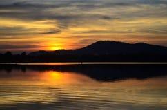 Scène de coucher du soleil sur le lac Photo libre de droits