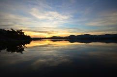 Scène de coucher du soleil sur le lac Image stock