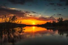 Scène de coucher du soleil sur le lac Photos libres de droits