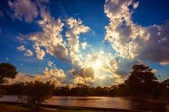 Scène de coucher du soleil sur le lac avec de beaux nuages et ciel Photos stock