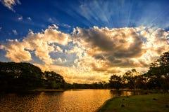 Scène de coucher du soleil sur le lac avec de beaux nuages et ciel Photographie stock libre de droits
