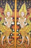 Scène de cygnes peinte sur un temple Windows. Image libre de droits