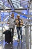 Scène de déplacement d'aéroport de couples supérieurs Image stock