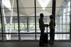 Scène de déplacement d'aéroport de couples supérieurs Photo stock