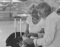 Scène de déplacement d'aéroport de couples supérieurs Image libre de droits